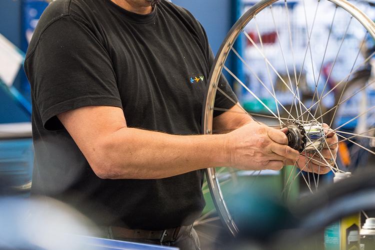 Mechaniker in der Velowerkstatt der Stiftng arwole