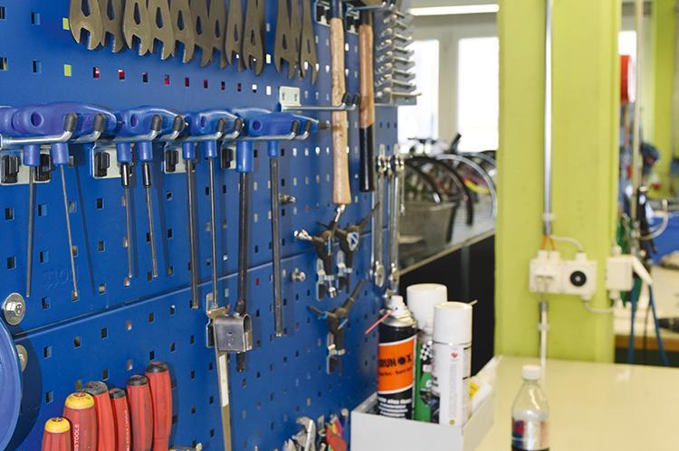 Werkzeuge der Velowerstatt in der Stiftung arwole