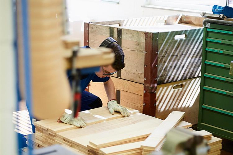 Mitarbeiter der Stiftung arwole beim Holz sortieren