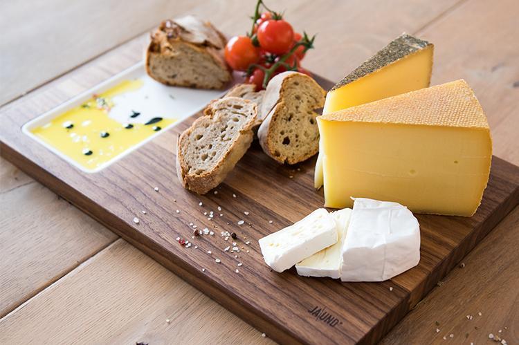 Käsebrett «CHEESE» von JA\UND? mit Käse