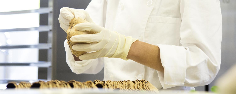 Köchin in der Küche der Stiftung arwole