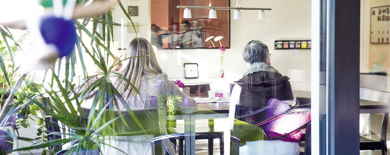 Bewohner der Stiftung arwole sitzen am Tisch
